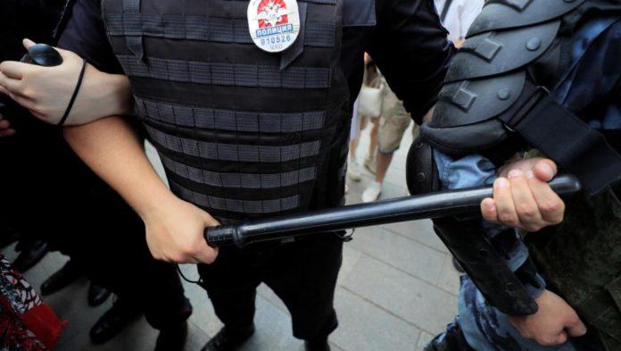 Мигрантов избивали дубинками люди в масках. Фото: scd.ru.rfi.fr
