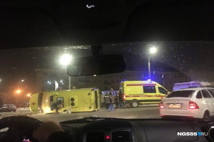 Автомобиль скорой помощи перевернулся после столкновения. Фото: Ирина Акишева / ngs55.ru