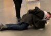 Полицейские заковали чиновника в наручники и погрузили в тележку для багажа. Скриншот: Max Fedorovski / YouTube