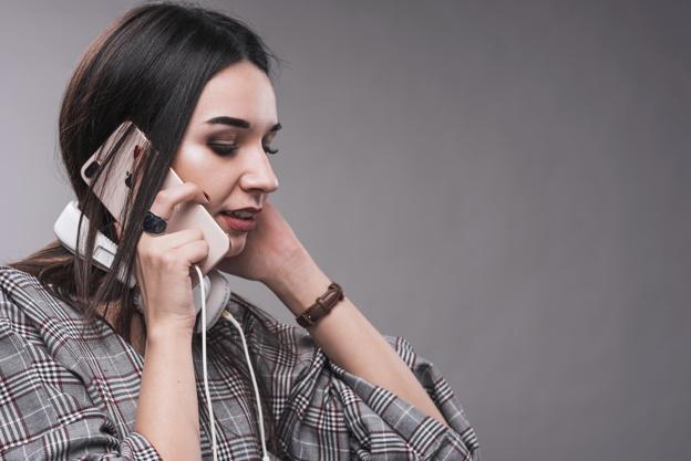женщина с телефоном