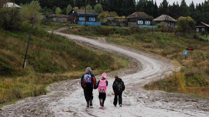 Дети идут по дороге из школы в селе Екатерининское Омской области