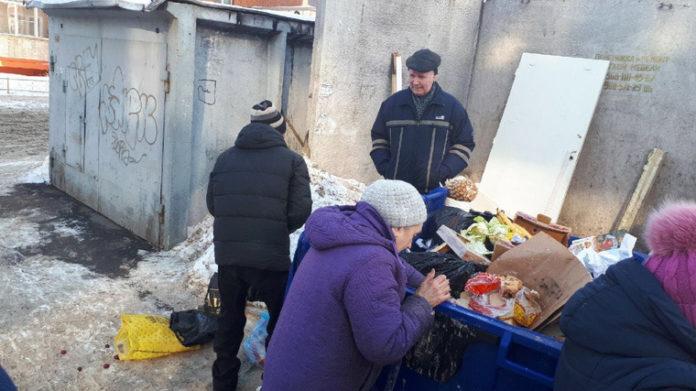 Челябинские пенсионеры ищут продукты в мусорных баках